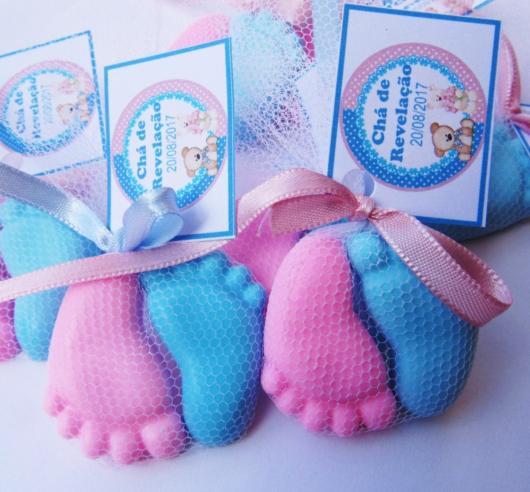 Sabonetes em forma de pé rosa e azul