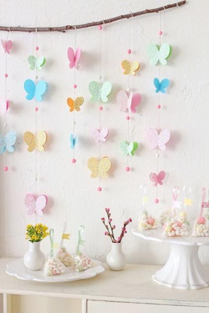 Borboletas de papel coloridinhas para decorar mesa de batizado