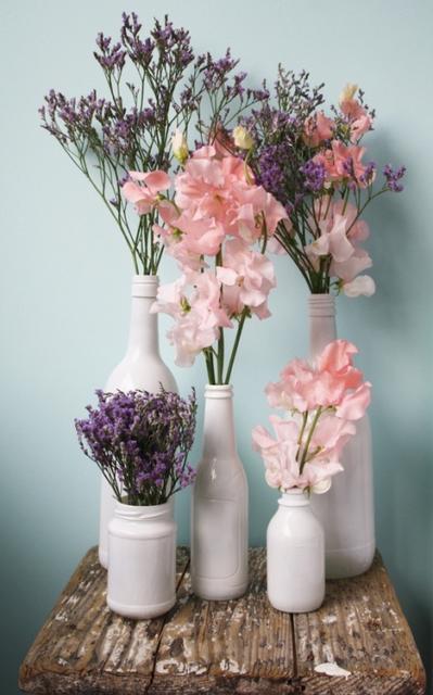 Vasos feitos com garrafas brancas