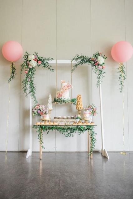 Composição de batizado com flores e balões