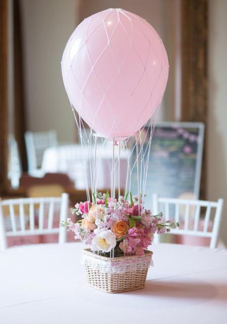 Centro de mesa para festa de batizado com balão e vaso de flor