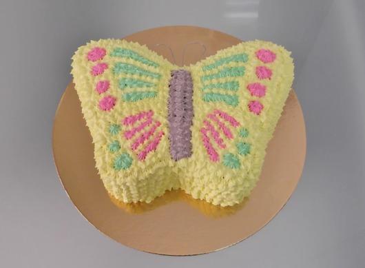 Bolo de borboleta colorido com chantilly