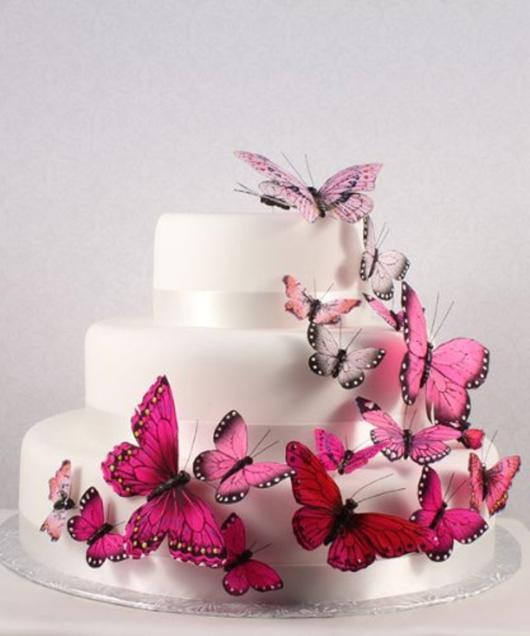 Bolo branco com borboletas pink decorando