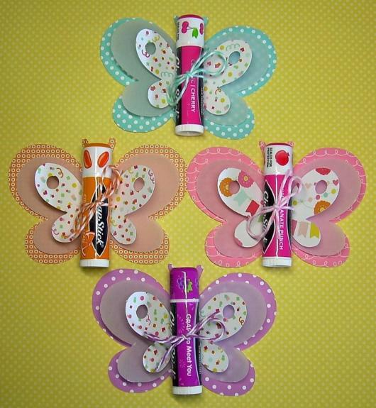 Lembrancinha para festa borboletas com batom colorido