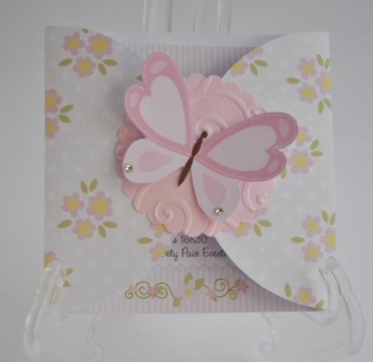 Convite delicado com flores e borboletas