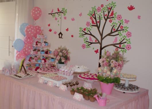 Ideia de como decorar uma festa com borboletas, pássaros, bem como outros elementos da natureza