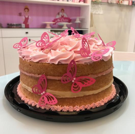Tem até bolo pelado (naked cake) com tema borboletas