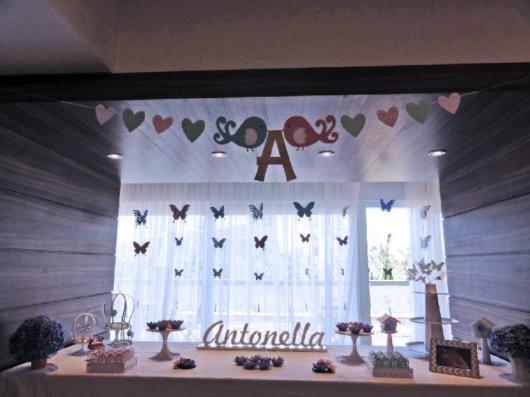 Prepare a decoração de uma festa borboletas com pássaros também