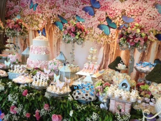 Festa luxuosa com ambiente decorado com flores, bem como borboletas