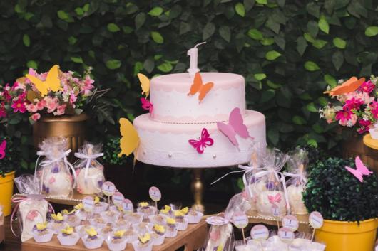 Decoração de borboletas para festa de 1 ano com bastante verde
