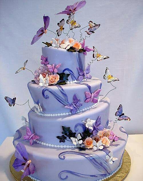 O bolo com tema borboletas pode ser usado em festas de 15 anos