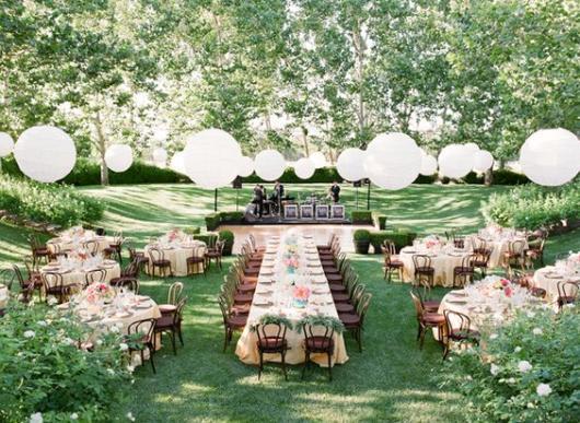 Festa no parque: decoração de casamento com balões branco