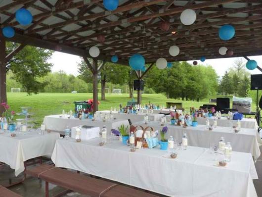 Festa no parque: decoração de casamento com com toalhas brancas nas mesas