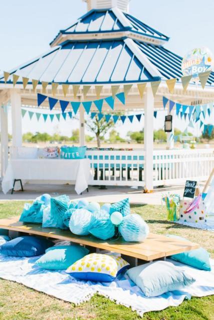 Festa no parque: decoração para chá de bebê com bandeirnhas