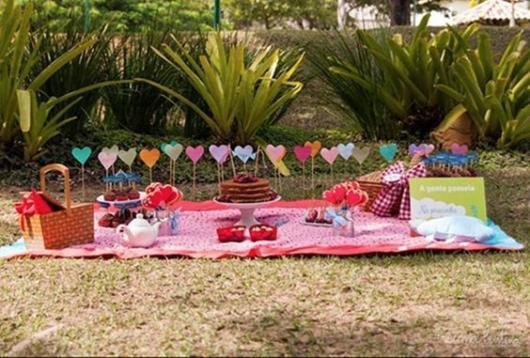 Festa no parque: decoração aniversário de namoro palitos com coração no chão