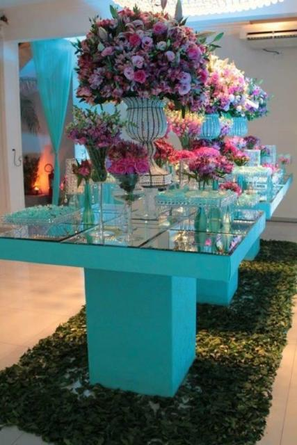 Mesa de 15 anos: Azul Tiffany com flores rosas