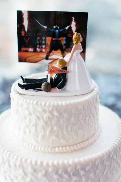 Aposte em um topo divertido para diferenciar o bolo