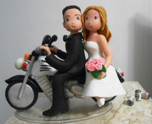 Topo de bolo de casamento com noivinhos na moto