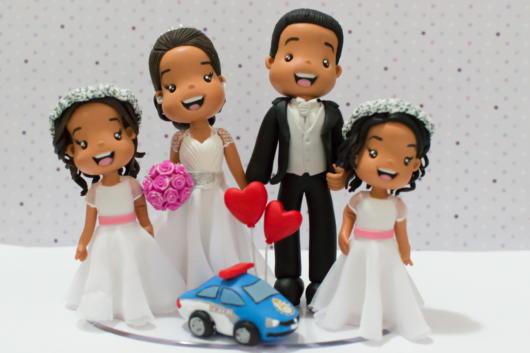 Já tem uma família completa, mas vai casar? Então veja ideia de topo de bolo