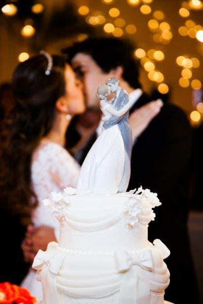 Quer uma festa tradicional? Aposte então no topo de bolo de porcelana