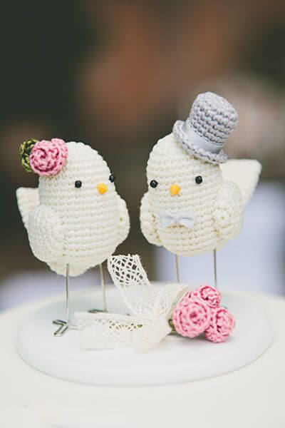Veja ideia de passarinhos de crochê para topo de bolo de casamento