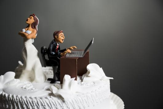 Seu noivo é workaholic? Veja ideia de topo de bolo