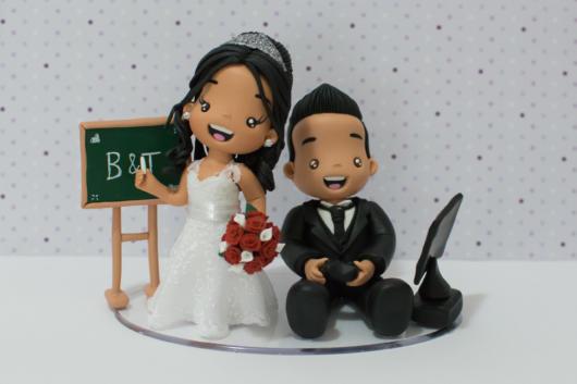 O topo de bolo pode ter ligação com a profissão dos noivos