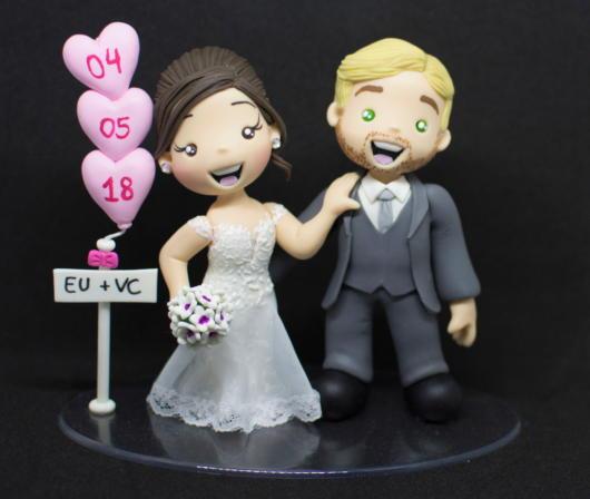 Topo de bolo com noivinhos e corações