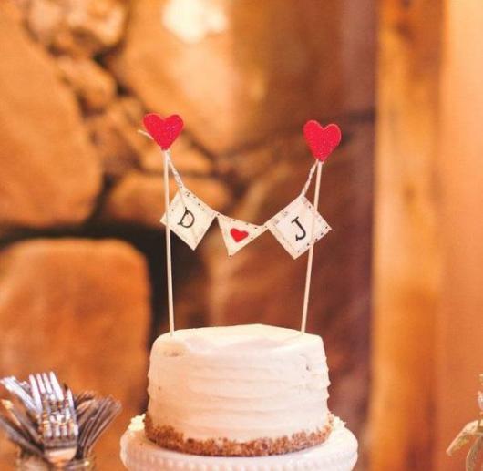 Iniciais dos nomes dos noivos também funcionam como topo de bolo