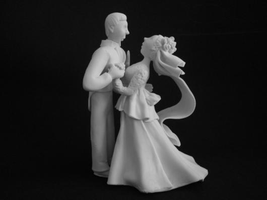 Noivos dançando de porcelana