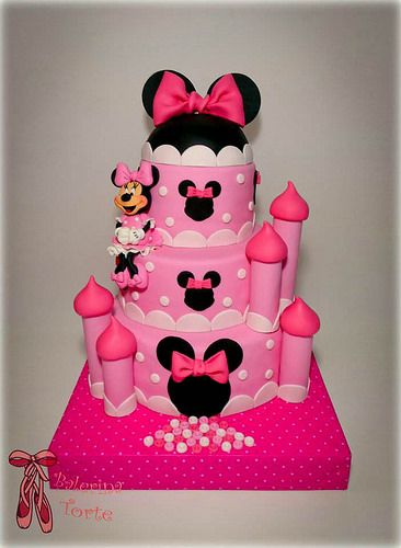 Bolo fake da Minnie com formato de castelo.
