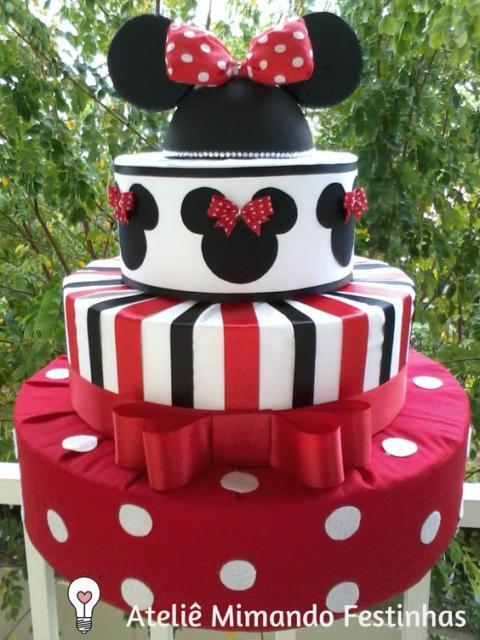 Bolo fake da Minnie com as cores vermelho, branco e preto.