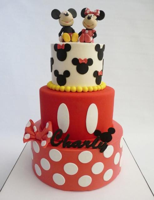 Bolo com o Mickey e a Minnie no topo.
