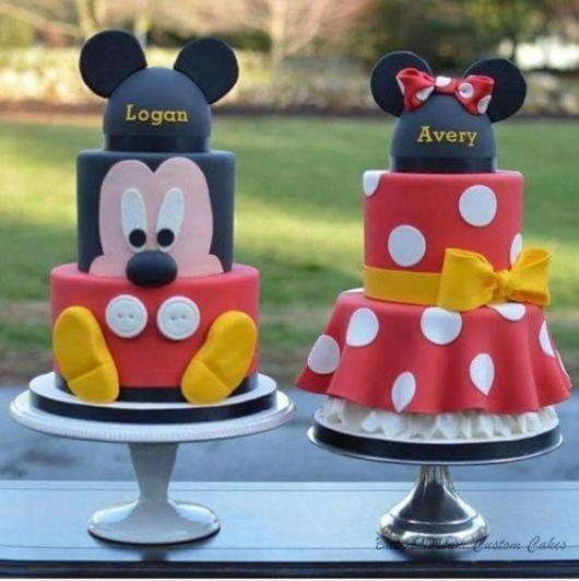 Foto com dois bolos, um do Mickey e o outro da Minnie.