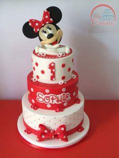 Bolo branco e vermelho com Minnie no topo.