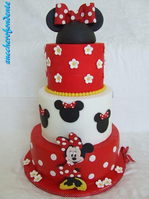 Bolo fake da Minnie com formato da cabeça da personagem no topo.