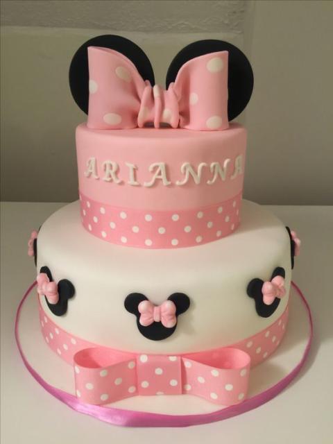 Bolo fake da Minnie com dois andares e nome da aniversariante.