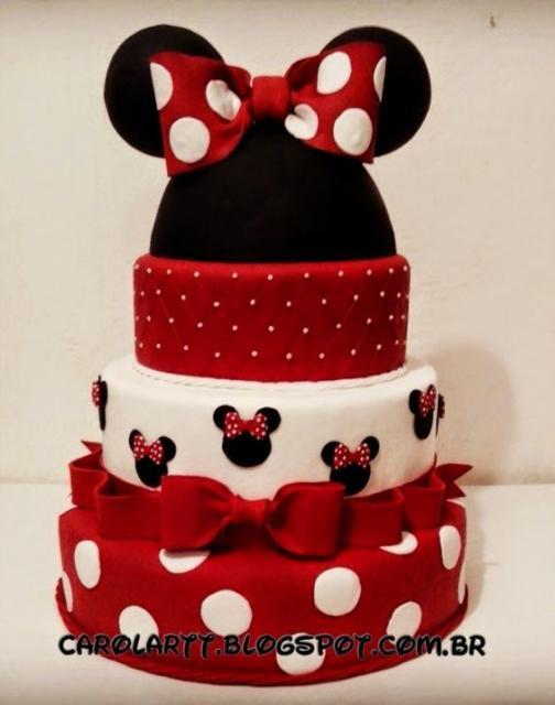 Bolo fake da Minnie com as cores branco, preto e vermelho.