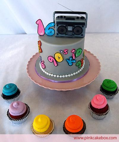 Bolo com topo de rádio e ainda com cupcakes