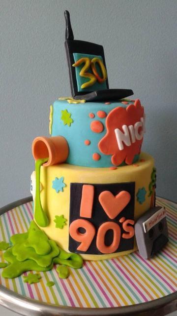Um bolo lindo cenográfico todo colorido e cheio de colagens