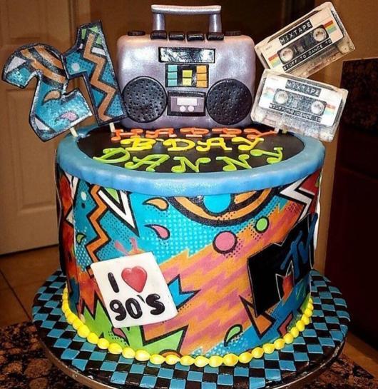 Para quem ama música, um lindo bolo anos 90 para todas as idades
