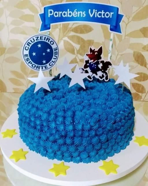 O mini bolo de chantilly com topos personalizados é uma boa dica para festas surpresa