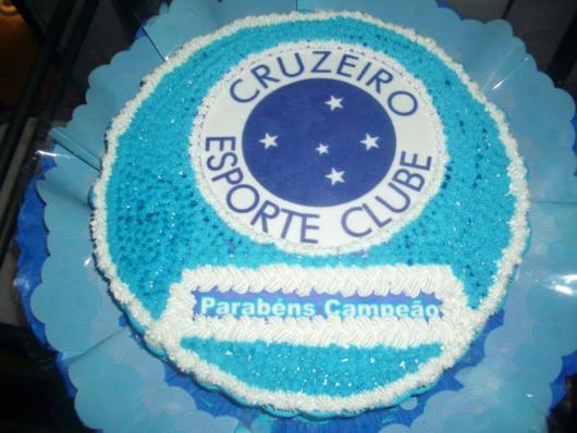 Um bolo grande e redondo para animar os amantes da equipe