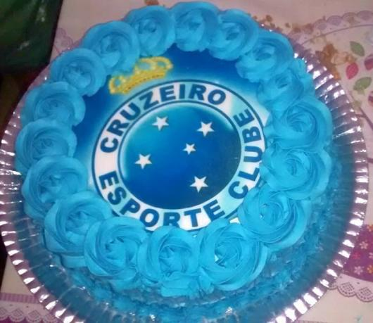 Exalte o escudo do time em um papel de arroz no bolo de chantilly