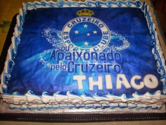 O bolo quadrado grande é ideal para festas de todos os portes