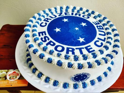 O bolo grande decorado com chantilly é bem fácil de fazer