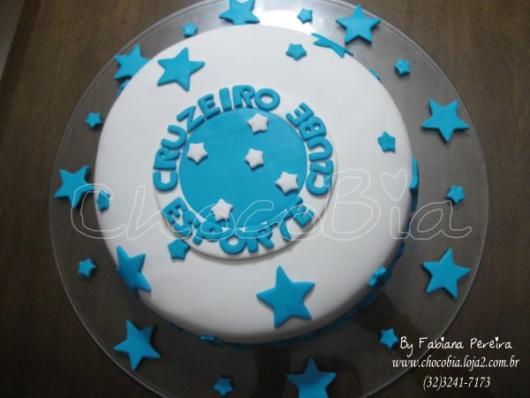 As estrelas representam as conquistas do time e servem como molde para decoração do bolo