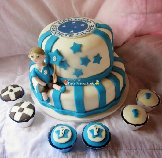 Bolo de pasta de dois andares com cupcakes