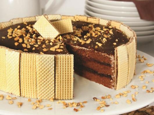 Ideia de decoração de bolo de chocolate com bolacha wafer