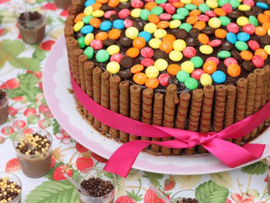 Veja como o bolo decorado com biscoito palito fica lindo